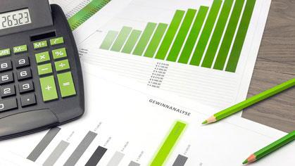 Taschenrechner und Grafiken zum Thema Kalkulation im GaLaBau